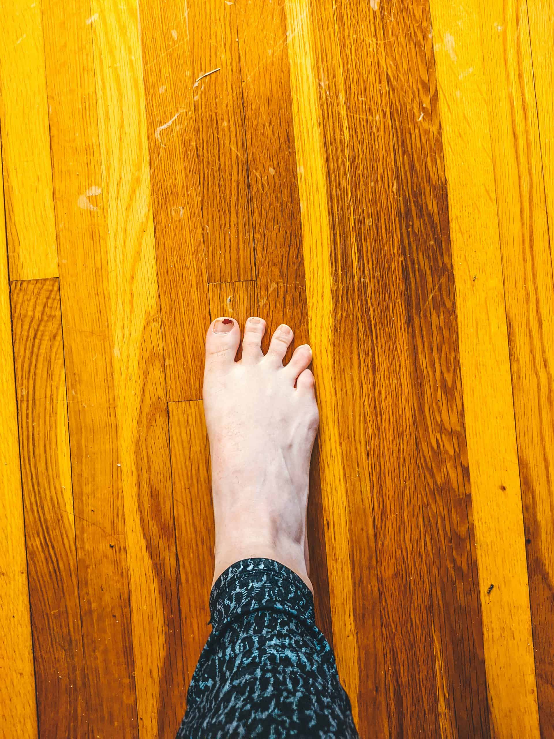 How to fix IT band syndrome in runners. Toe spreads are a great exercise. Run exercises | running tips | injury prevention in runners |